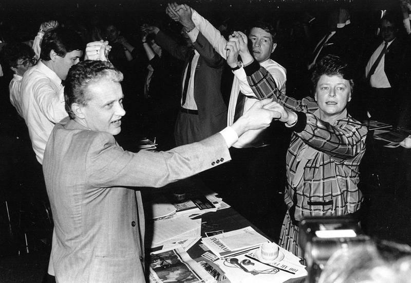 Gro Harlem Brundtland og Einar Førde med Thorbjørn Jagland under Arbeiderpartiets landsmøte i 1987. Nå blir maktkampen om Gro til NRK-drama. Foto: Arkiv