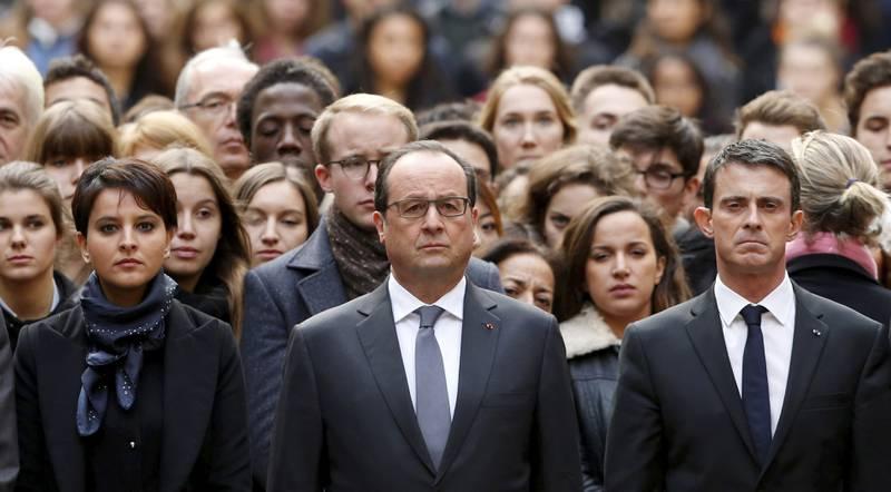 President François Hollande, her med statsminister Manuel Valls og utdanningsminister Najat Vallaud-Belkacem, i et minutts stillhet i går ved Sorbonne-universitetet i går. Frankrike har allerede varslet hardt militært angrep mot IS, og kan få følge av flere. FOTO: GUILLAUME HORCAJUELO/NTB SCANPIX