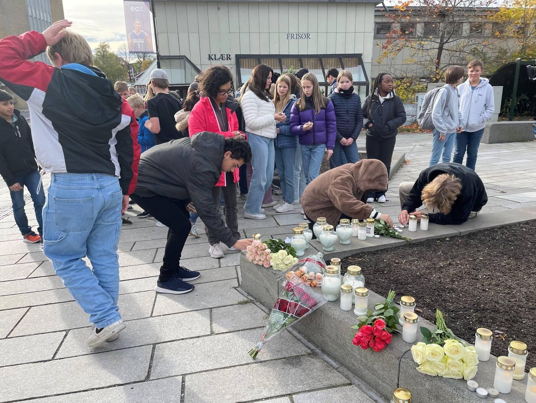 Ungdommer viser sin støtte til de berørte av handlingene i Kongsberg.
