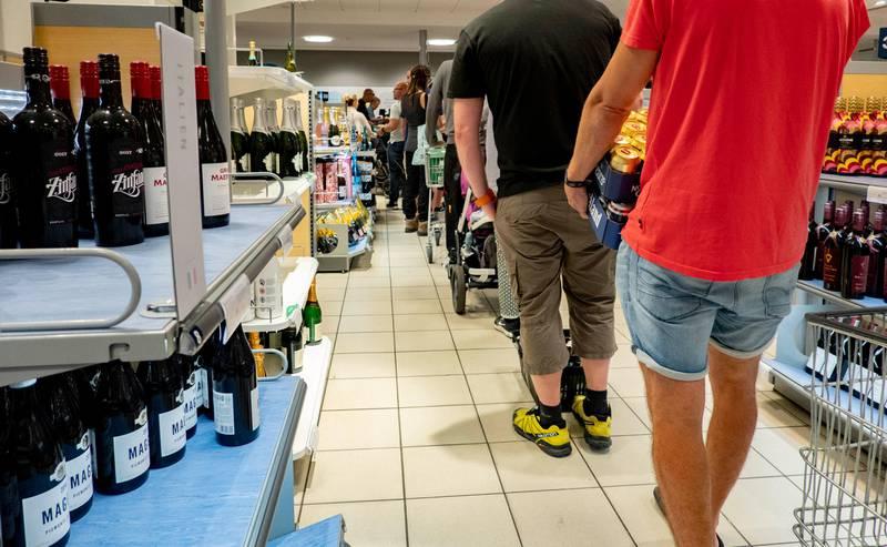Strømstad, Sverige 20190719.  Nordmenn handler polvarer på Systembolaget i Strømstad i Sverige Foto: Geir Olsen / NTB