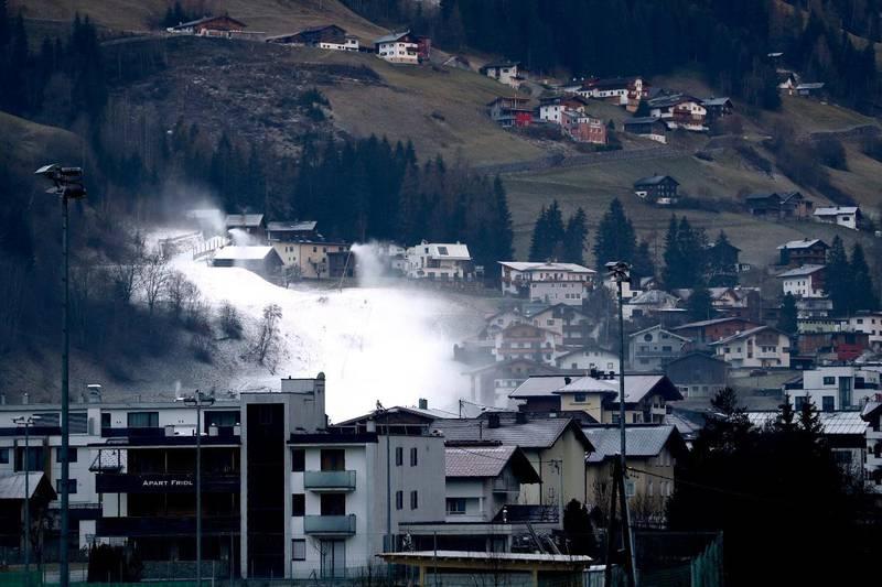 Skistedet Ischgl i Østerrike forbereder skisesongen med snøkanoner i november i fjor. Ett år etter koronautbruddet er det alt annet enn vanlig høysesong i den lille byen.