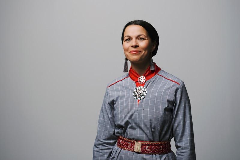 Elin Anna Labba, journalist og forfatter, fikk den svenske August-prisen for beste sakprosabok 2020 med «Herrene sendte oss hit: Om tvangsflyttingen av samene».