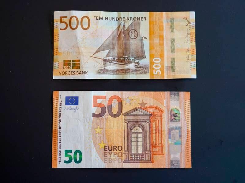 Politiet advarer mot falske 500-lapper i omløp i Sarpsborg. Sedlene på bildet en 500-seddel og en 50 euro seddel, er ekte. Foto: Lise Åserud / NTB