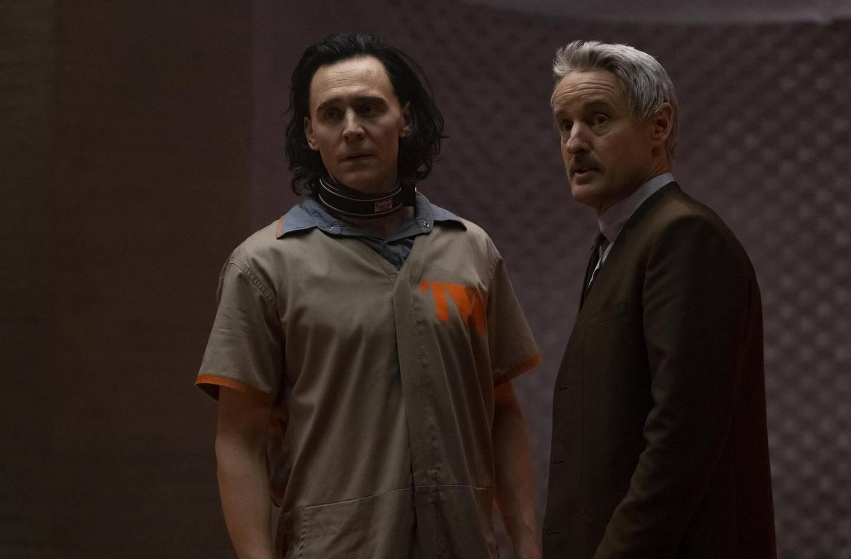 Loke (Tom Hiddlestone) og agent Mobius (Owen Wilson) må håndtere en berg og dalbane av tidsparadokser i «Loki», serien som også har Richard E. Grant og amerikansknorske Isabelle Fretheim på rollelista.