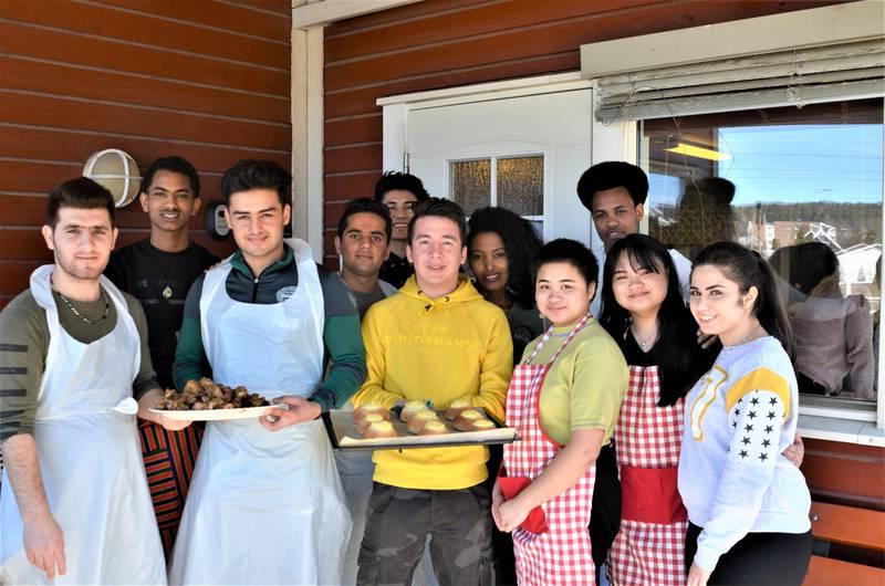 PRAKTISK LÆRING: 15 elever fra helsefag på Greåker videregående skole har siden i fjor høst driftet kafeen på Hjørgunn den siste onsdagen i hver måned.