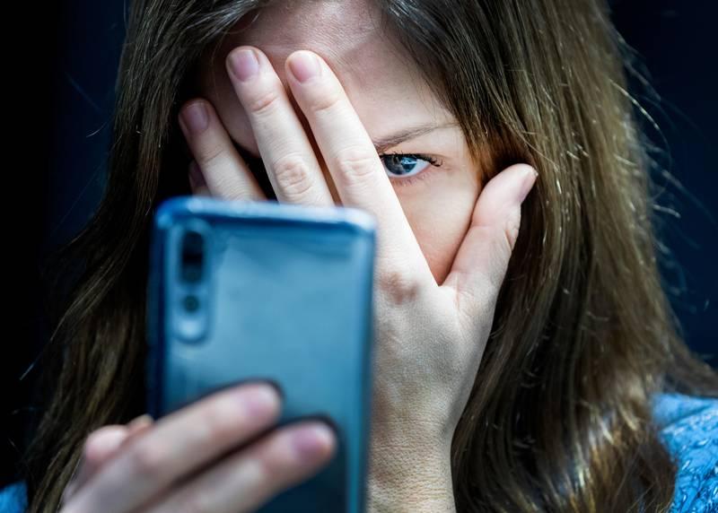 Oslo  20190226. Illustrasjonsbilder: Hatefulle ytringer på mobil. Kvinne. Modellklarert Foto: Gorm Kallestad / NTB scanpix