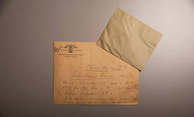 Den uåpnete konvolutten med Karoline Emilie Larsens stemmeseddel fra kommunevalget i 1916 er påført merknaden «Er opført i mandtallet som susp; men paastaar at vil stemme, da dette skal være ordnet».