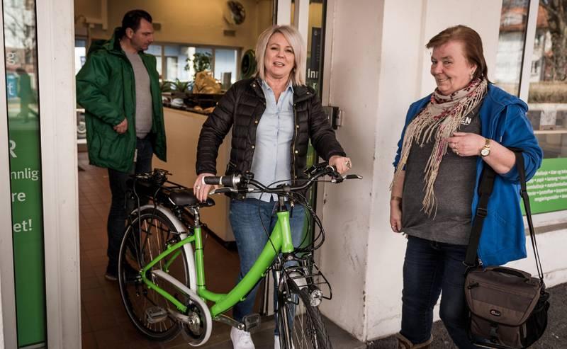 Bente Ottershagen (midten) brukte ombruksstasjonen på Fredensborg og vant en elsykkel. Også den er satt i stand av Ilas.