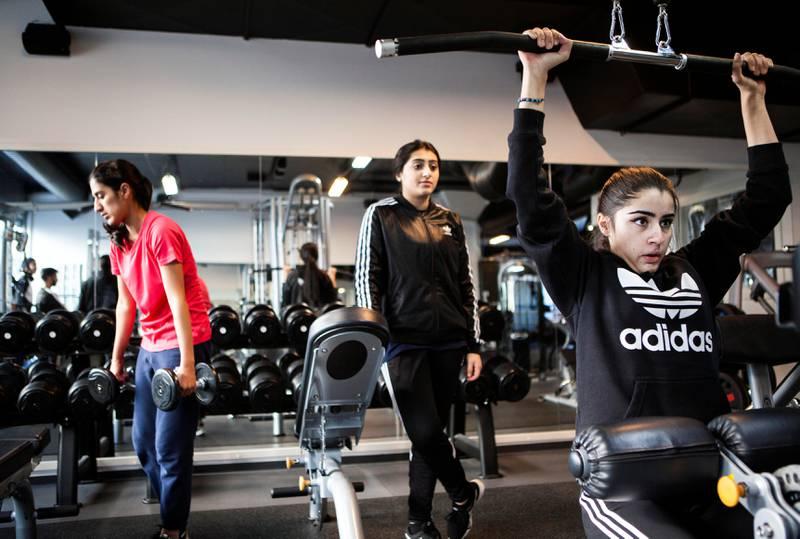Falken Girls er Norges første organiserte jentelag i cricket, som ble startet av en engasjert mor i 2012. Laget holder til i Alna bydel i Oslo, hvor Sahar Dar (17) og Farial Safdar (17) trener for fullt før sesongstart.