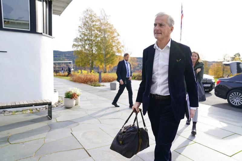 Leder i Arbeiderpartiet Jonas Gahr Støre ankommer Hurdalsjøen Hotell før Arbeiderpartiet og Senterpartiet legger fram ny regjeringsplattform. Foto: Torstein Bøe / NTB