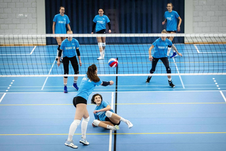 Her ser vi et volleyballag fra Sliedrecht i Nederland. Kan du svaret på spørsmålet nedenfor?