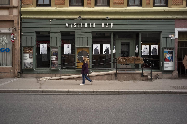 Onsdag ble det hengt opp bilder på Mysterud Bar på Sagene. Fredag står en ny utstilling for tur.