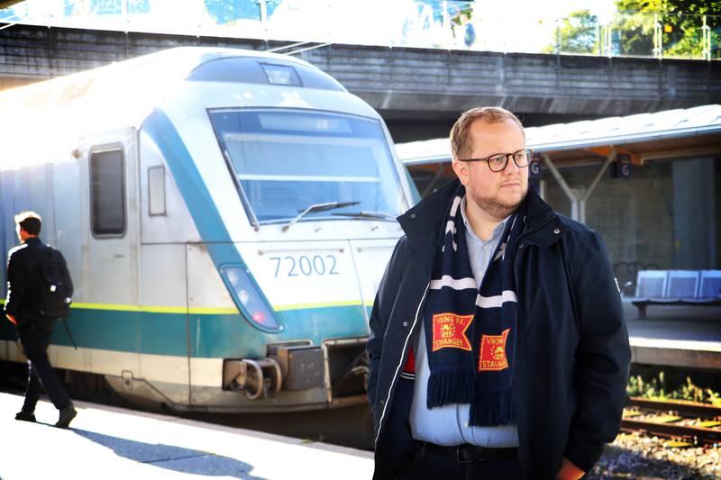 Gruppeleder i Stavanger SV, Eirik Faret Sakariassen, ønsker flere togavganger til og fra Jåttåvågen når Viking spiller kamp.