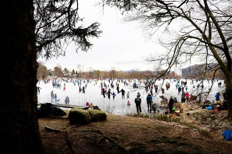 Tidligere i vinter tok mange turen ut på isen.