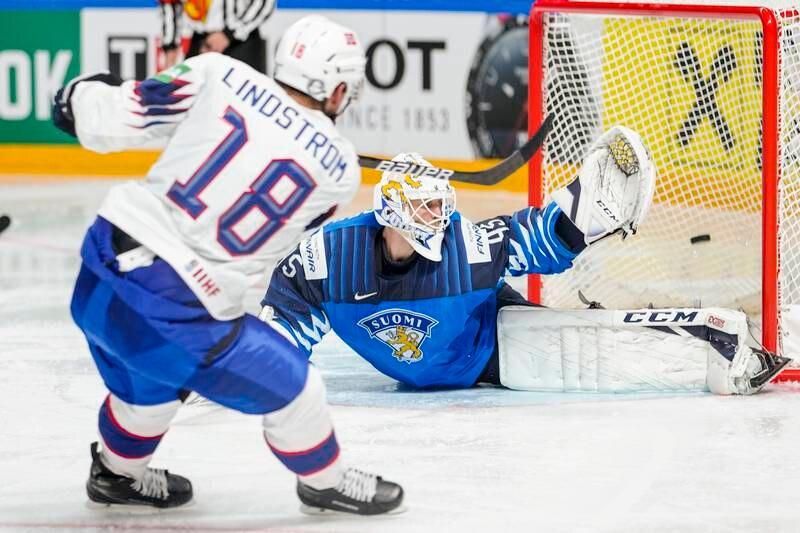 Norges Tobias Lindström reduserer til 2-3 mot Finland. Foto: Fredrik Hagen, Norges Ishockeyforbund / NTB