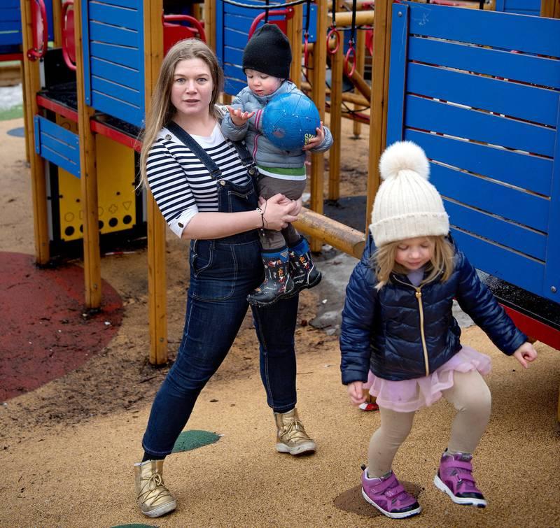 Caroline Marita Omberg tar med seg barna og streiker foran Stortinget på fredag.
