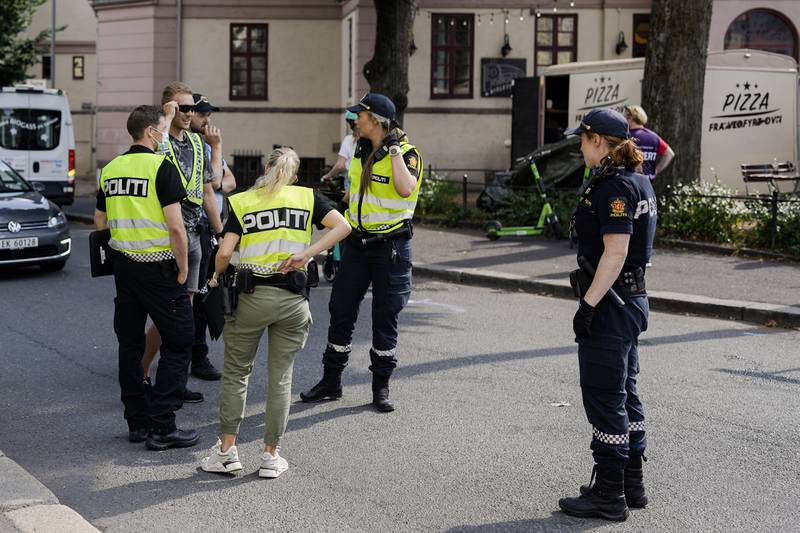 Politiet er utenfor Bislett stadion der det har vært bråk mellom fotballsupportere før NM-kampen i fotball mellom Lyn og Vålerenga på Bislett stadion. Foto: Fredrik Hagen / NTB