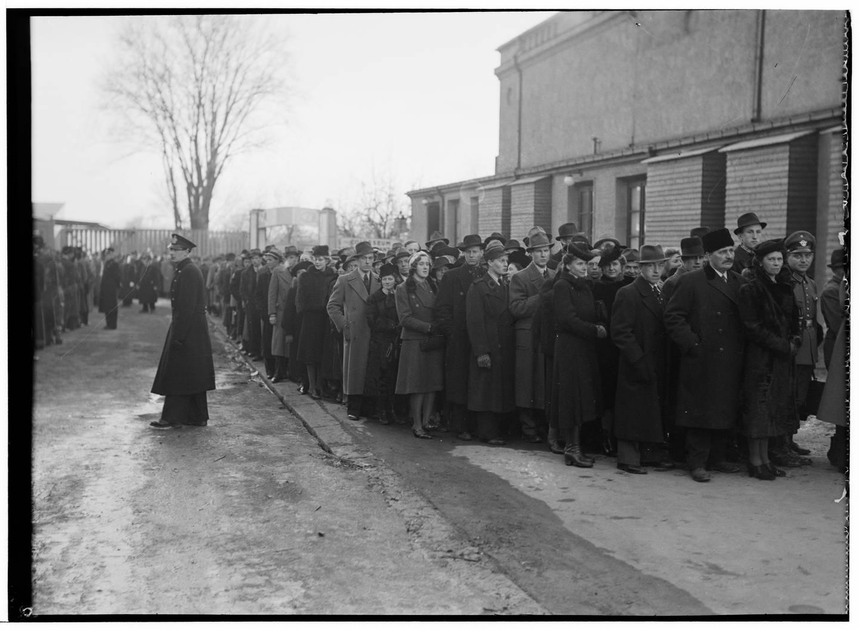 Kinoer som Colosseum og Klingenberg ble brukt til de store nazistiske mønstringene. Folk i kø for å høre Quisling tale på møte i Colosseum kino 8. april 1941.