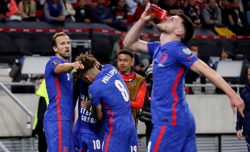 Plastkoppene haglet mot England-spillerne da Raheem Sterling scoret, og Declan Rice var blant dem som plukket opp en av koppene og lot som om han drakk av den.