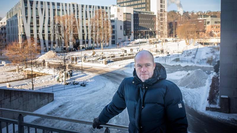 Svart arbeid bidrar til at de ansatte ved Oslo kemnerkontor (bygget i bakgrunnen) har hendene fulle. Svart arbeid er utbredt i Oslo, forteller Atle Myklebust, divisjonsdirektør for kontroll. Han nevner både bygg og anlegg, restauranter og renholds- og transportbransjen, i den sammenheng.