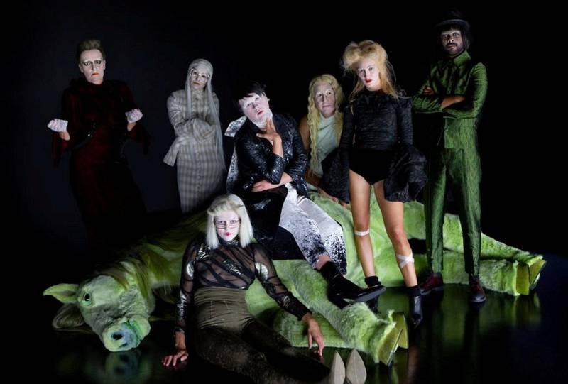 «Mysterier»-ensemblet slik de framstår i Anne Ledang Aasheims kostymer på Kilden Teater. Foto: Heida Gudmundsdottir