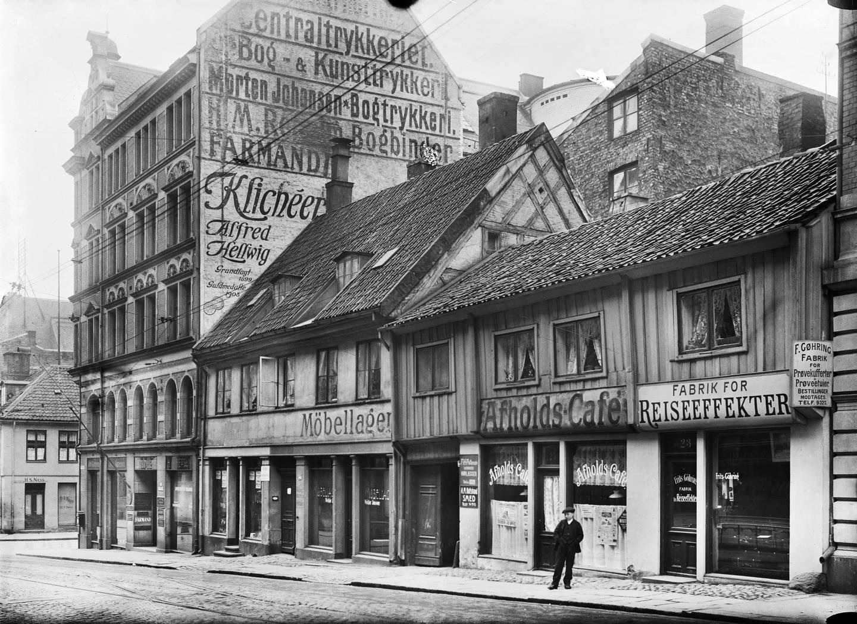 I adresseboka fra 1838 er Lædel oppført som snekker i Nordre gate, som senere ble til Akersgata 23. På bildet fra 1910 var det en avholdskafé her. Huset var skarpretter Lædels bolig fram til 1837, og et av husene i gata som sto uskadd etter storbrannen i 1686.