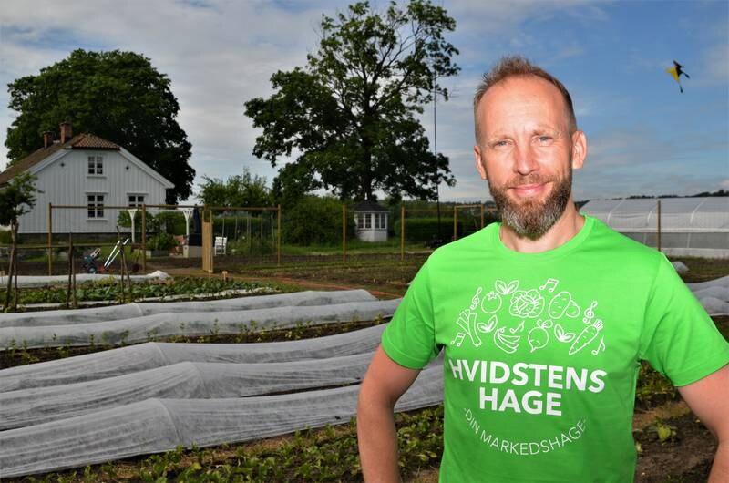 Nedstengning av samfunnet og jobber som ble avlyst tvang artisten Erik-André Hvidsten til å tenke nytt. Nå er første året på gartnerskole fullført og det spirer i Hvidstens markedshage.