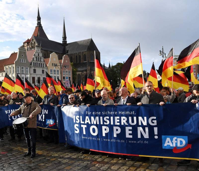 AfD: Det innvandringsfiendtlige partiet Alternativ for Tyskland har vokst kraftig de siste to årene. I september arrangerte de en demonstrasjon mot «islamisering» i byen Rostock øst i Tyskland. FOTO: NTB SCANPIX