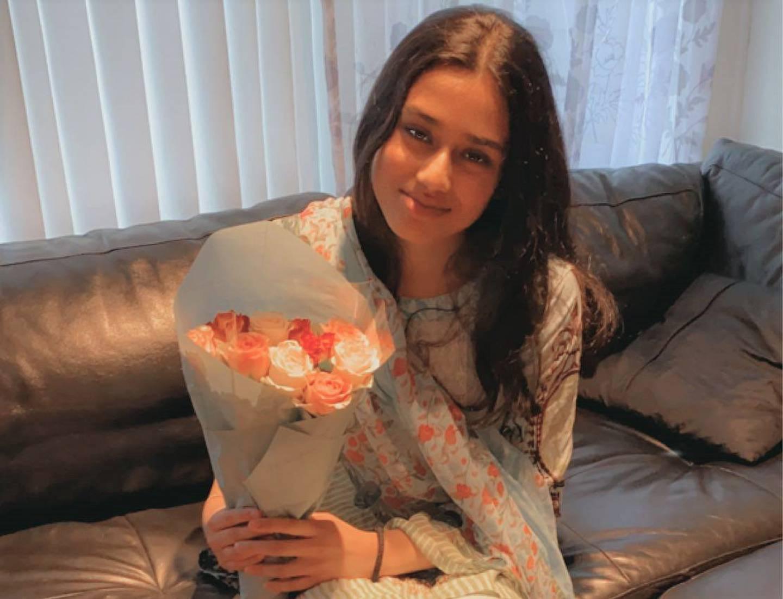 Zaina Iqbal (14) fikk roser fra foreldrene sine når hun fastet for første gang i fjor.