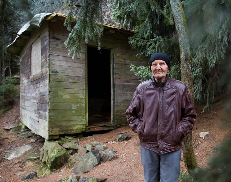 TILBAKE IGJEN: Einar Gerhardsen var statsminister da Harald Grande flyttet ut i skogen, og Kåre Willoch var                     statsminister da han forlot hytta si på bare noen få kvadratmeter. – Jeg kan ikke klage over livet mitt, sier 89-åringen, som bygde seg et vanlig hus etter returen til Nord-Trøndelag.