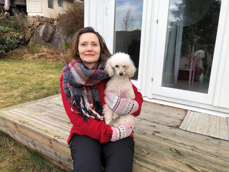 Elisabeth Lykke Herbro bor på Sætre i nye Asker, med samboer og to hunder. Hun skulle gjerne brukt mer av den lille tiden hun har til rådighet på dem - og ikke på Nav.