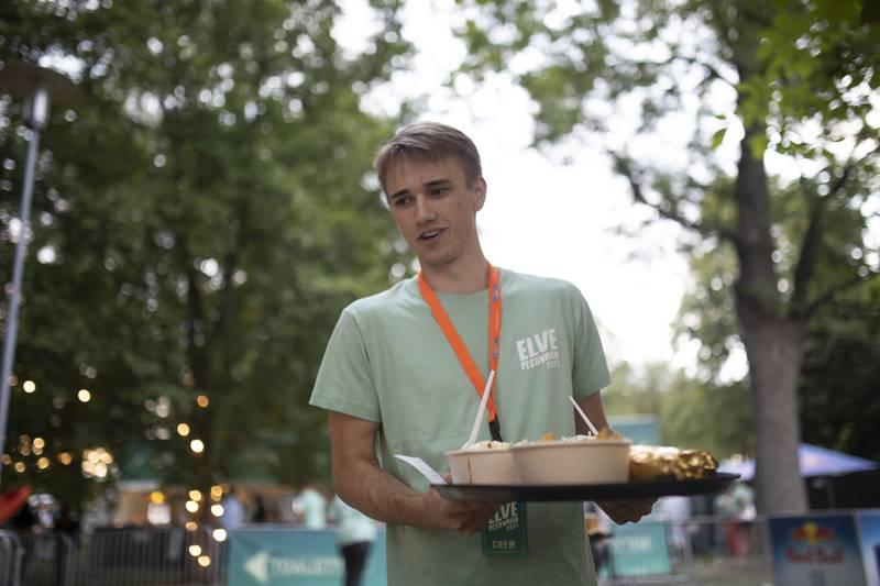 Henrik Ensrud serverer meg nachos med masse digg tilbehør. Maten bestilles fra en nettside du får opp hvis du skanner QRkoden som er på bordet.