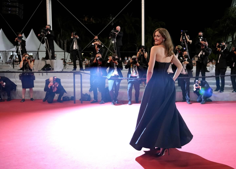 Renate Reinsve poserer på den røde løperen i Cannes. Foto: Vadim Ghirda / AP / NTB
