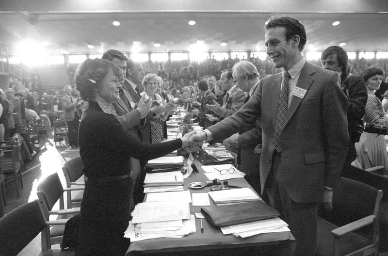 Hamar  1981-04: ARBEIDERPARTIETS LANDSMØTE 1981. Store omveltninger i partiets styre i løpet av landsmøtet april 1981. Statsminister Nordli hadde allerede i januar kunngjort sin avgang som statsminister. Gro Harlem Brundtland overtok statsministerposten. Disse endringene førte også til endringer i partiledelsen. Ved åpningen av landsmøtet gjorde Reiulf Steen det klart at han ikke lenger var kandidat til formannsvervet. Ved landsmøtets slutt var det klart at den nye partiledelsen besto av Gro Harlem Brundtland (formann) og Einar Førde (nestformann). Bildet: REIULF STEEN gratulerer sin etterfølger som formann i Det Norske Arbeiderparti, statsminister GRO HARLEM BRUNDTLAND, 4. april 1981. Landsmøtet applauderer.  FOTO: Bjørn Sigurdsøn / NTB / NTB