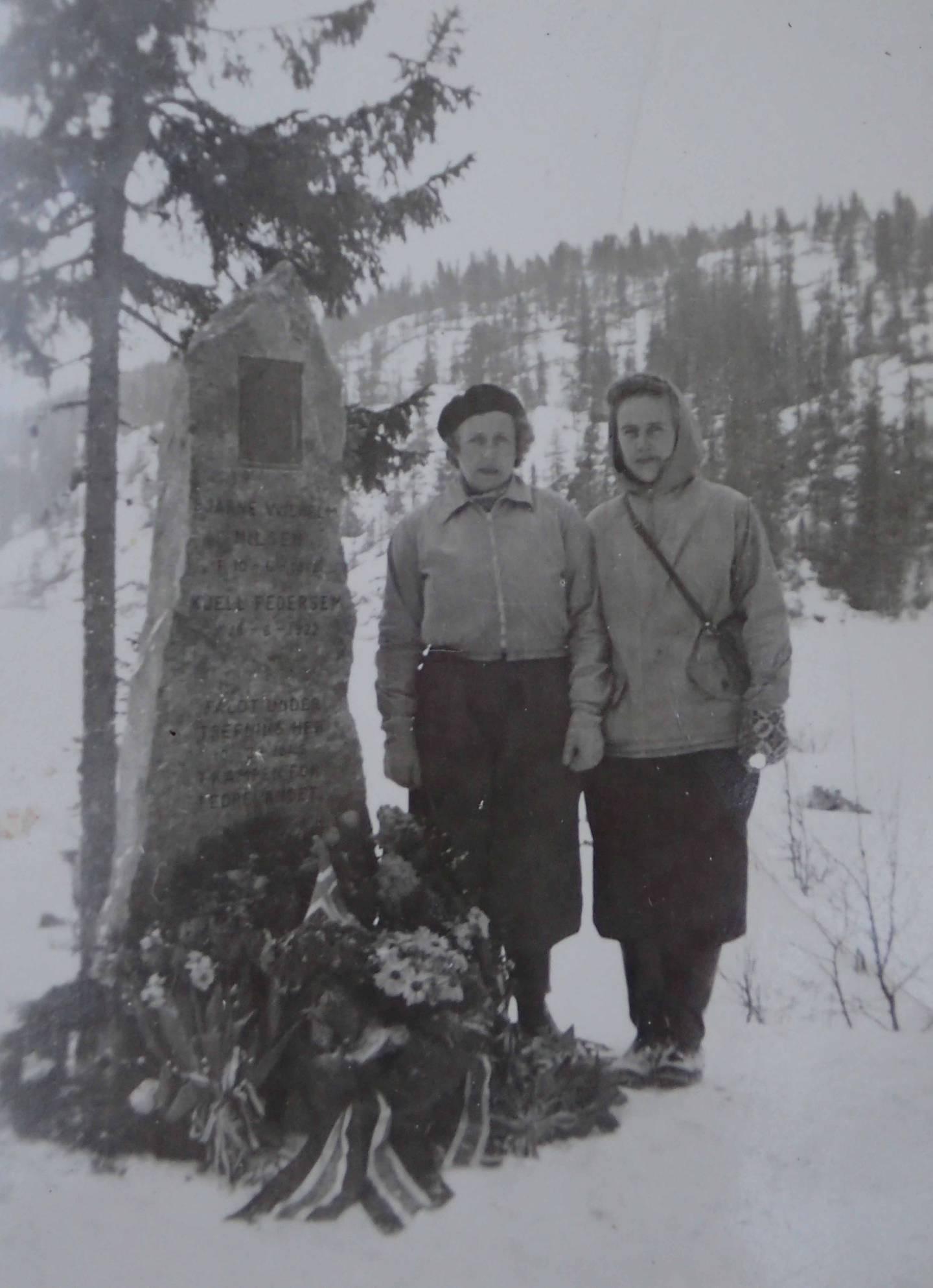 Allerede i 1946 var bautaen på plass på Nykjua, og her ser vi Kjells mor Ingeborg Elise Pedersen født Åhlander til v. og Kjells søster Inger.