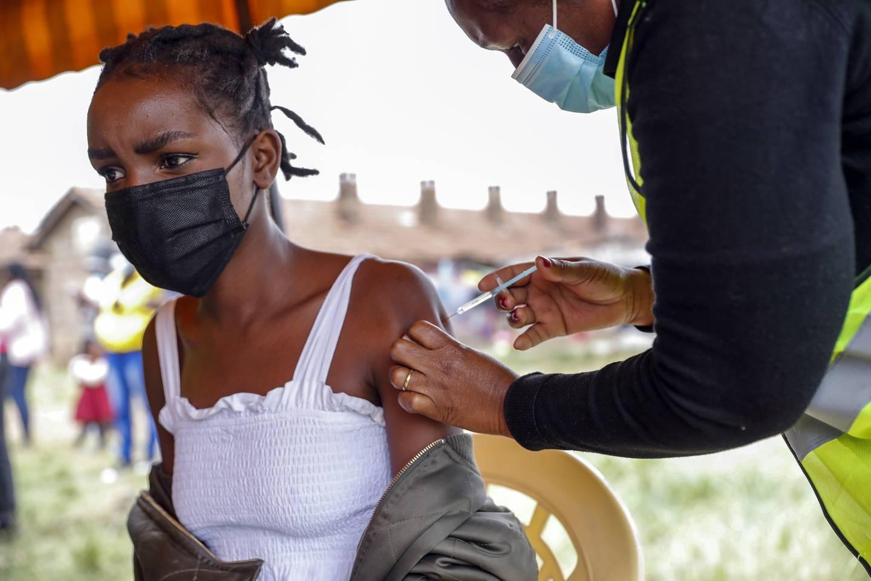 Afrika ligger langt etter på koronavaksinering, og dette vil forsinke den økonomiske gjenreisningen, mener eksperter. Her får en kvinne i Nairobi, Kenya, vaksine som er donert av Storbritannia.