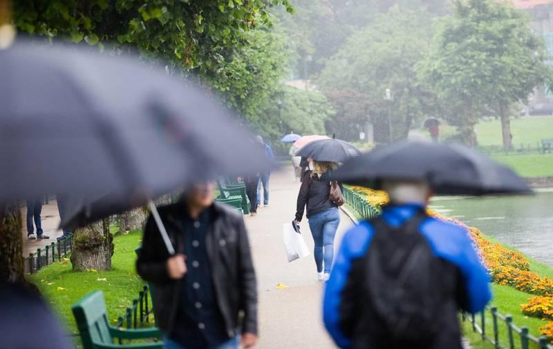 Bergen  20160824. Paraplyen ble flittig brukt under regnværet i Bergen. Onsdag var det varslet ekstremt mye regn på Vestlandet, med fare for flom og skred. Foto: Emil Breistein / NTB scanpix