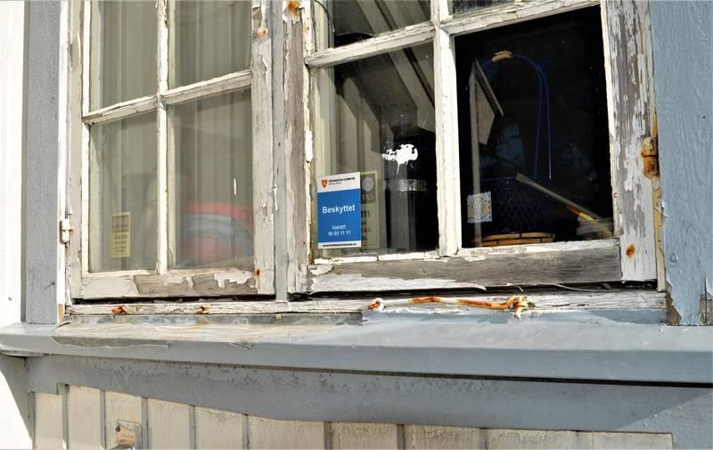 Gisne vinduer og maling som flasser. Pynten skole på Langøya skriker etter vedlikehold.