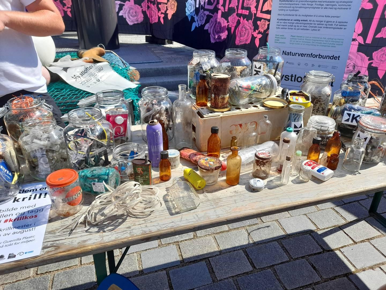 Bord fylt med plast og annet avfall som er ryddet fra havet