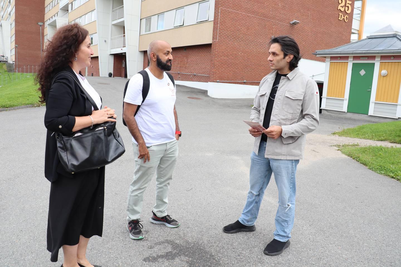 45 prosent av beboere på bydel Fjell i Drammen stemte ved sist valg. Hatice Luk, Sajid Mukhtar og Hetem Tug håper at flere stemmer i årets valg.