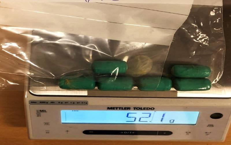 I magen til den ene kvinnen ble det funnet seks ampuller med narkotika. I den andre kvinnens mage var det 42 ampuller. Foto: Tolletaten