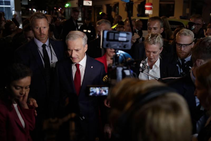 Ap-leder Jonas Gahr Støre omgitt av sikkerhetsvakter og pressefolk på vei til Stortinget etter Arbeiderpartiets valgvake på Folkets hus ved stortingsvalget 2021.