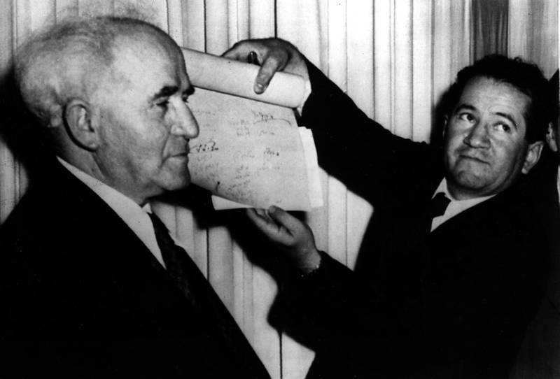 Det signerte dokumentet som erklærer den nye jødiske staten for opprettet 14. mai 1948 (feiringen følger den jødiske kalenderen og varierer derfor fra år til år). Statsminister David Ben-Gurion til venstre.
