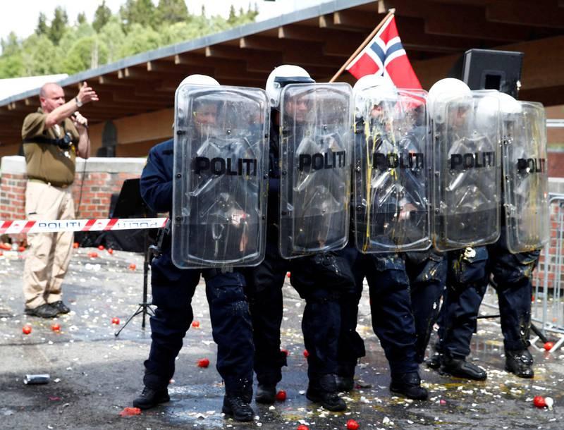 Leder Lars Thorsen i Stopp islamiseringen i Norge (SIAN) holdt stand og demonstrasjon på Mortensrud i juni i år. Foto: Terje Pedersen/NTB