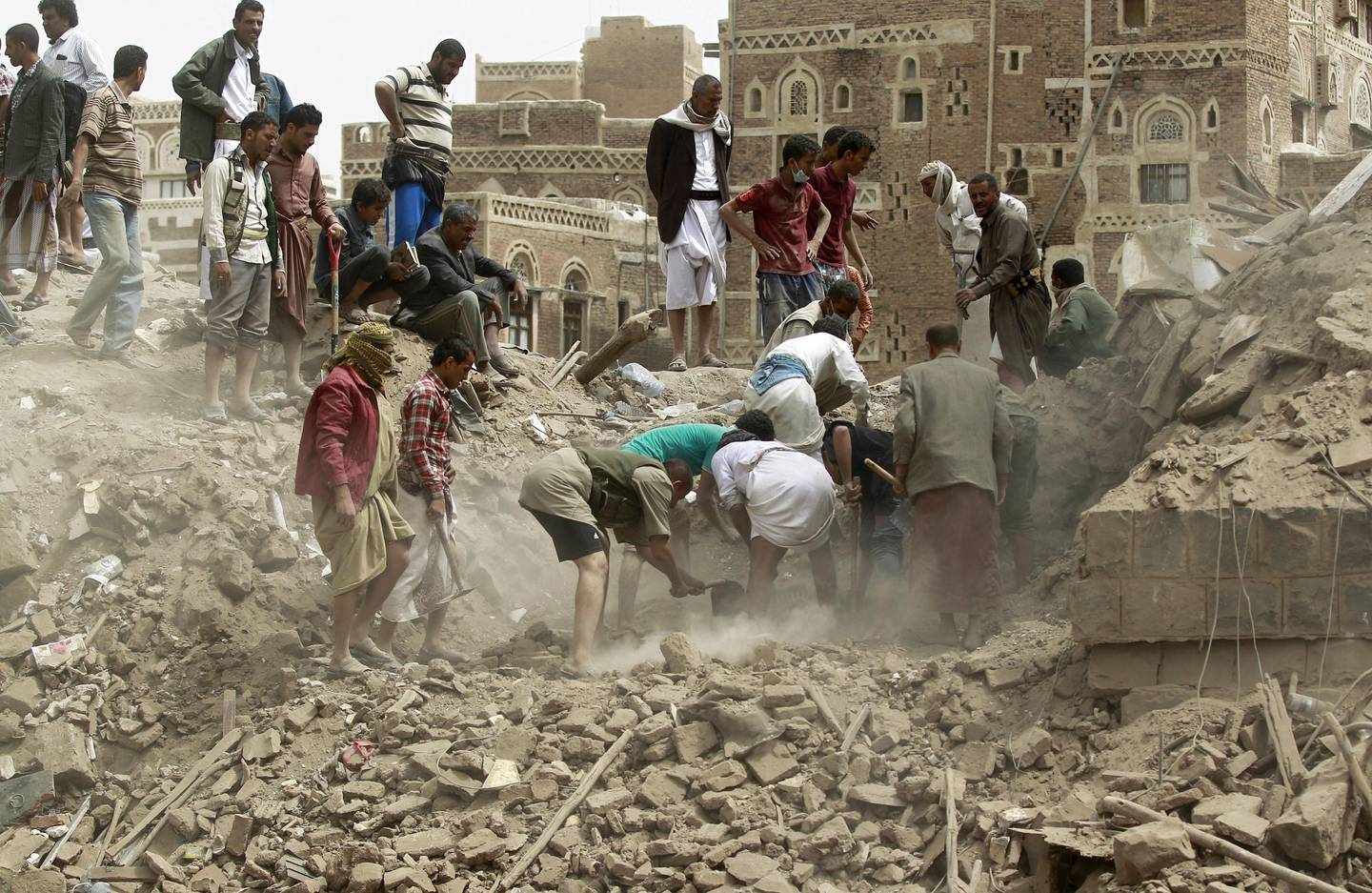 Yemenis search for survivors under the rubble of houses in the UNESCO-listed heritage site in the old city of Yemeni capital Sanaa, on June 12, 2015 following an overnight Saudi-led air strike. Residents said the pre-dawn strike was the first direct hit on old Sanaa since the launch of the bombing campaign against Shiite Huthi rebels in late March. AFP PHOTO / MOHAMMED HUWAIS