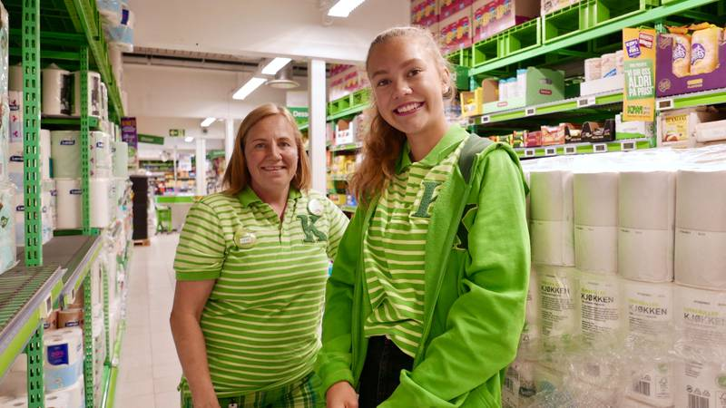 Stavanger kommunes tiltak for å skaffe ungdommer arbeidserfaring er ekstra populært om sommeren. Både butikksjef Lene Kolstad og butikkmedarbeider Guro Nygård Kvia (16) er fornøyde med ordningen.