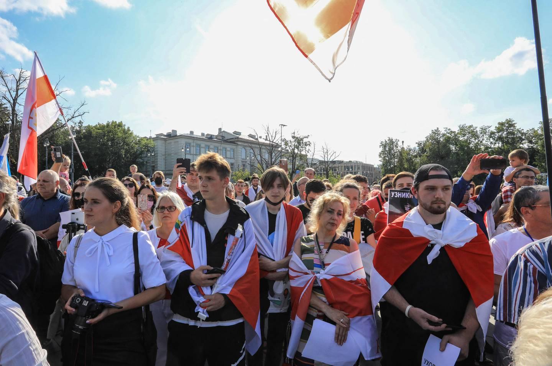 Det er ikke lenger massedemonstrasjoner i Hviterussland, prisen for å delta ble for høy. Men i nabolandene har det vært store markeringer mot regimet den siste tida. Her har en stor gruppe demonstranter samlet i Vilnius i Litauen.