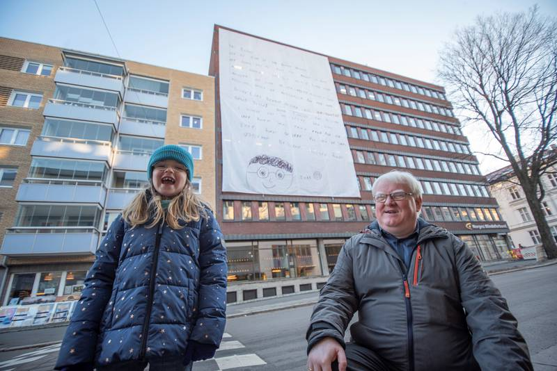 Ruby syntes det var stor stas å få brevet sitt hengt opp på bygget til Norges Blindeforbund. Her sammen med forbundsleder, Terje André Olsen.