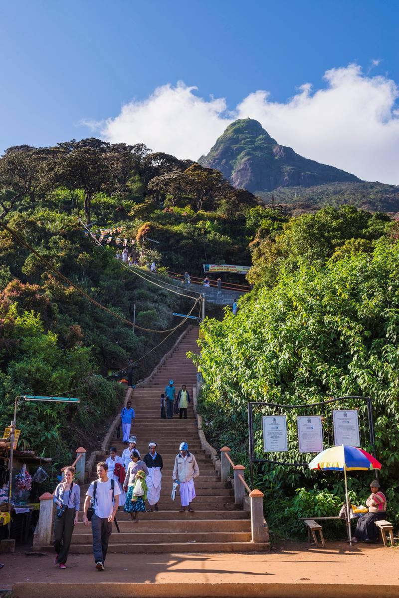 Adam's Peak (Sri Pada) er hellig for buddhister, men også for hinduer, kristne og muslimer. Over 5000 trappetrinn leder til toppen. FOTO: MATTHEW WILLIAMS-ELLIS/VWPICS/NTB SCANPIX