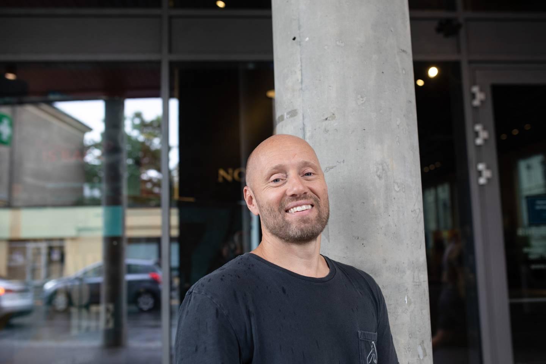 Aksel Henie slo seg gul og blå på innspillingen av Tommy Wirkolas film «I onde dager». Men mest berømmer han regissøren for gode replikker.